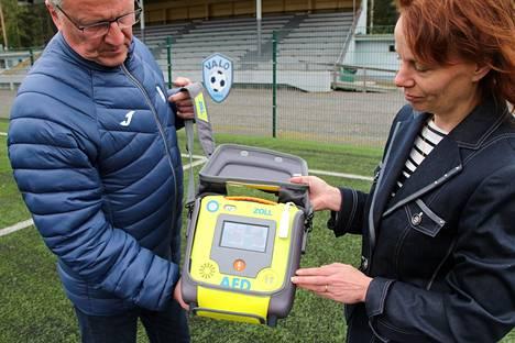 Mänttä-Vilppulan Yrittäjien sihteeri Kati Kiirasmaa näyttää Mäntän Valon puheenjohtajalle Markku Saariselle, kuinka sydäniskuri toimii. Mäntänvuoren kentälle sijoitettavaa iskuria voi käyttää myös lapsille.