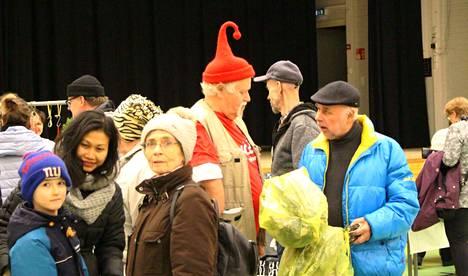 Joulupukin varamiehenä taitaa toimia Kari Veintie. Myyjäiskansalta saattaa juuri tulla lahjatoiveita.