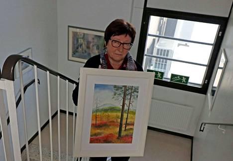 Kuoreveden Taideseuran Mirja Lehtomäki kävi tuomassa työt KMV-lehden portaikkonäyttelyyn. Käsissä on oma työ, akvarelli Ruska-aikaan.