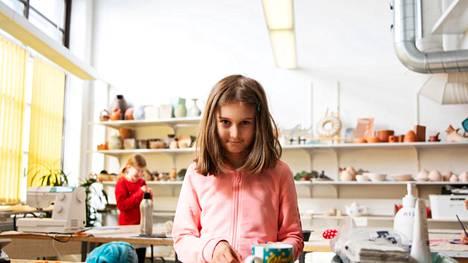 Ada Koski, 10, osallistui Näpsän opetukseen myös viime vuonna. Mieleen on jäänyt erityisesti peilin tekeminen. Yhdellä kerralla tehtiin myös siilitossut. – Paitsi minä tein kyllä puput, Koski paljastaa.