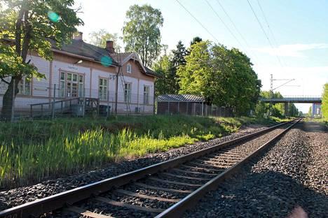 Nakkilan asema ei ole enää käytössä, mutta pitkien hiilijunien tärinä tuntuu niiden porhaltaessa aseman ohi.