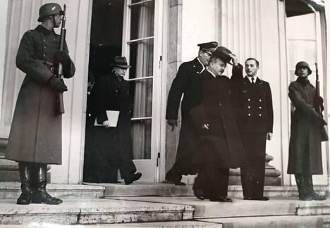 Stalin lähetti Neuvostoliiton ulkoministerin Berliiniin marraskuussa 1940 neuvottelemaan Hitlerin kanssa yhteistyön jatkosta. Vjatsheslav Molotov poistumassa käytössään olleesta Bellevuen linnasta.