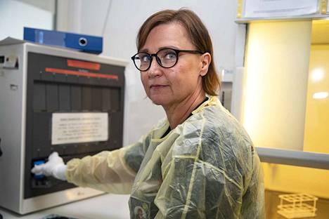 Satadiagin kliinisen mikrobiologian laboratoriossa tehdään koronavirustestauksia. Sari Tarkkio, kliinisen mikrobiologian laboratorion osastonhoitaja, laittaa covid-19 näytteen koneeseen, joka analysoi tuloksen 50 minuutissa.