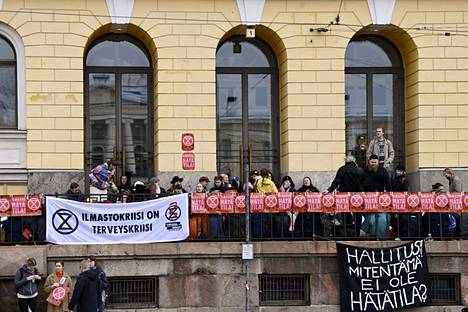 Ympäristöliike Elokapina lukittautui Valtioneuvoston linnan edustalle Helsingissä 8. lokakuuta 2021. Elokapinan tiedotteen mukaan mielenilmaisu on rauhanomainen. Elokapinan mukaan mielenosoittajat pitävät kulkuväylät avoinna eivätkä pyri rakennukseen sisään.