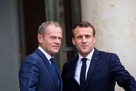 Donald Tusk (vas.) yhdessä Ranskan presidentti Emmanuel Macronin (oik.) kanssa. Tusk oli Macronin vieraana maanantaina.