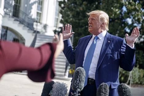 """Yhdysvaltojen presidentti Donald Trump kutsui viime viikolla Valkoisessa talossa puheluaan Ukrainan presidentin Volodymyr Zelenskyin kanssa """"täydelliseksi""""."""