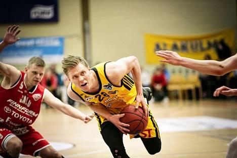 Aapeli Alanen on harvinainen suomalaispelaaja: 201-senttinen varsi, atleettinen, hyvä puolustamaan ja hyvä heittämään.