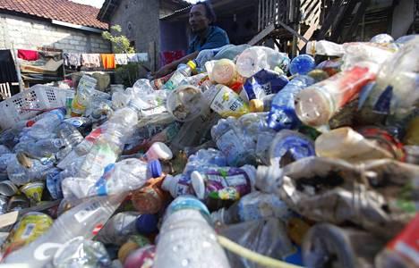 Roskankerääjä lajittelee muovijätettä myyntiin Indonesiassa, joka kuuluu maailman suurimpiin muovintuottajamaihin.