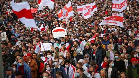 Ihmiset osoittivat mieltään Valko-Venäjän pääkaupungissa Minskissä lokakuussa 2020. Mielenosoituksista ja niiden poliisiväkivallasta raportoineiden lehtien toimituksia on ratsattu heinäkuussa 2021.