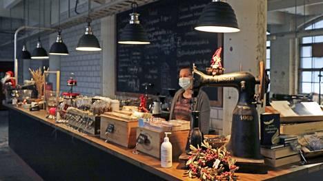 Tee- ja kahvihuone Singer, tiskin takana Jonna Pekkala.