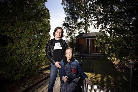 Eurassa asuva Johanna Narmio sijoittaa työkseen satakuntalaisten asiakkaidensa rahoja. Kotioloissa hänen elämänsä kiintopiste on 15-vuotias Oona-tytär, joka sai jo pienenä harvinaisen diagnoosin.