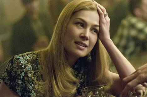 Amy (Rosamund Pike) on vaimo, joka katoaa Gillian Flynnin menestysromaaniin perustuvassa jännityselokuvassa Gone Girl. Samanniminen kirja on julkaistu suomeksi nimellä Kiltti tyttö.