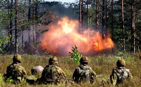 Raskassinkoammuntaa Säkylän varuskunnan taisteluampuma-alueella vuonna 2010. Säkylän varuskunnan ampuma- ja harjoitusalueella sijaitsee myös entinen jätetäyttö, mutta puhdistusilmoitukseen liittyvien asiakirjojen mukaan tuota aluetta ei käytetä harjoituksissa.