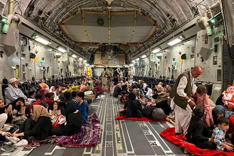 Yhdysvaltain sotilaskoneilla on evakuoitu muun muassa afganistanilaisia, jotka ovat auttaneet Yhdysvaltoja maassa ennen vallankaappausta. Kuva on otettu 19. elokuuta.