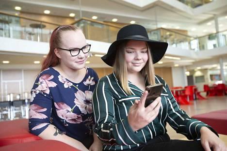 Tietotien lukion opiskelijat Katja Kaukonen ja Annemari Nikkilä kantavat huolta erityisesti siitä, että nuoremmille tytöille opetettaisiin keinoja, joilla somen seksuaaliseen häirintää voi vähentää. Esimerkiksi Snapchatissä häiriköijän voi estää.