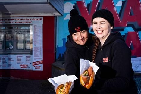 Katja Tiainen esittelee Vaakon Nakin hittituotetta Kivimies-lihapiirakkaa ja Petunia Elers kuumaa koiraa, jossa makkara on sokerimunkin sisällä.