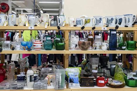 Kirjoittajan mukaan kirpputorit ovat nykyisin merkittävä osa tavaroiden kierrätystä ja se on yksi varteenotettava vaihtoehto hankkia erilaisia tavaroita.