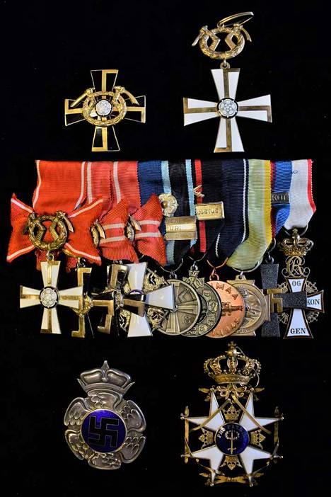 Gustaf Magnussonille kuuluneita mitaleita. Mannerheim-risti on ylhäällä vasemmalla.