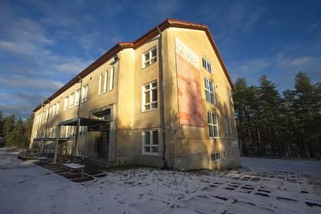 Niinisalon vanha koulurakennus on rakennettu vuonna 1950 ja se on edelleen hyväkuntoinen, joskin opetustilat vaatisivat nykyaikaistamista.