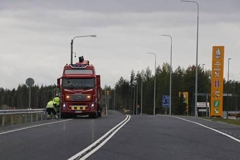 Tässä asennetaan uusia reunakaiteita Orituvan liikenneaseman kohdalla.