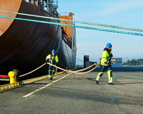 Kunnossapidon työnjohtaja Esa Oksanen (vas.) ja satamavalvonnan työnjohtaja Lauri Isberg arkityössään laivan kiinnityksessä. Laiturityöskentely on yksi riskikohteista.
