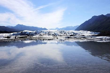 Matanuskan-jäätikkö Alaskassa ei ole enää entisellään. Anchoragen lähellä sijaitseva jäätikkö sulaa ja muuttaa elämää rannikolla. Kun merijää sulaa poikkeuksellisesti pohjasta päin, musta jää ei enää ole luotettava merkki karttaa vaaraa.