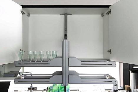 Keittiökaappien hyllyt laskeutuvat sähköisesti niin, että pyörätuolista pääsee niihin käsiksi.