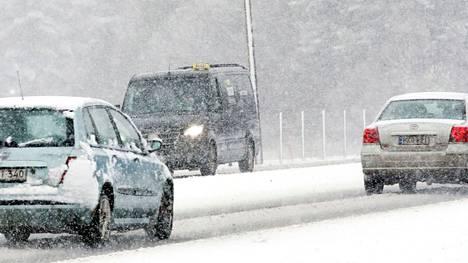 Arkistokuvassa valtatie 2:n liikennettä lumisateessa Harjavallan ja Nakkilan rajan tuntumassa.