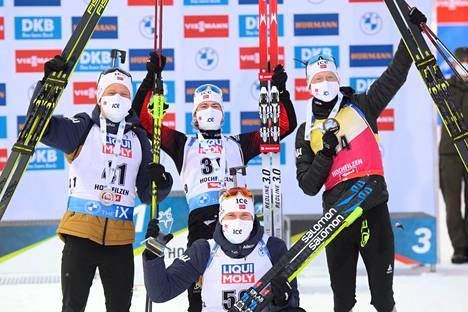 Torstain pikakisa oli täysin Norjan juhlaa. Sturla Holm Lägreid (keskellä takana) voitti,  Johannes Dale (vas.) oli toinen, Johannes Thingnes Bö (oik.) oli kolmas ja Vetle Sjaastad Christiansen neljäs.