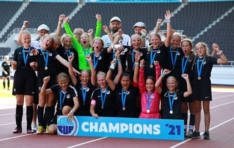 Musan Salaman G13-tytöt pääsivät juhlimaan Helsinki Cupin voittoa kapteeninsa Selma Westerbackan johdolla.