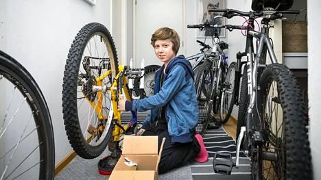 Vili Taipale on nyt 4H-yrittäjä ja korjaa kesätöikseen polkupyöriä. Hän lahjoitti yhteistyössä Roskalavan ja Tampereen Puskaradion kanssa kulkupelejä Lintuhyttiin. Asumisyksikössä ei ollut entuudestaan yhtään pyörää. Tämä kuva on otettu Vilin kotona alkukeväästä.