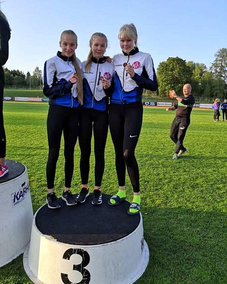 Nokian Urheilijoiden N17 -joukkue: Petriina Niininen, Ronja Haavisto ja Vilma Patrikainen