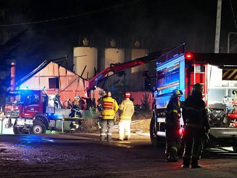 Pitkän broilerhallin seinät romahtivat tulipalossa.