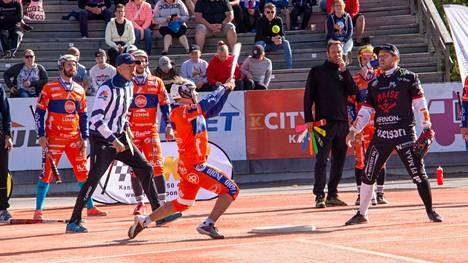 KaMan Teemu Utunen pelasi Manse PP:tä vastaan hyvän pelin, mutta vierasjoukkue Manse PP lukkarinsa Juha Puhtimäen johdolla oli kokonaisvaltaisesti tiistai-illan kamppailussa niskan päällä.