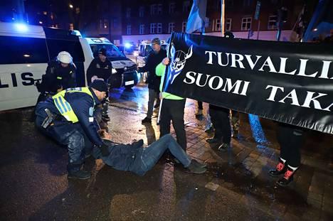 Poliisi otti kiinni kaksi äärioikeistolaisena pidetyn Soldiers of Odinin marssia vastaan mieltään osoittanutta henkilöä Helsingin Mannerheimintiellä.