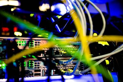 Ekamin ammattiopiston datakeskuksen servereiden liitäntöjä.