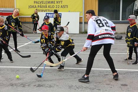 Liikunnan iloa! Merikarvian Jääurheilijoiden junioroit innostuivat myös katulätkästä, kun Ässien pelaaja Simon Åkerström vieraili Merikarvialla.