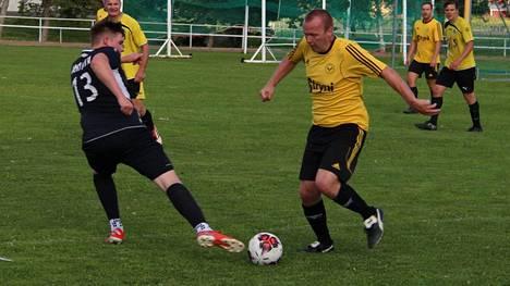 Pääseekö Innon kapteeni, kuvassa keltaisissa pelaava Pekka Luoma maalien makuun Kankaanpäässä?