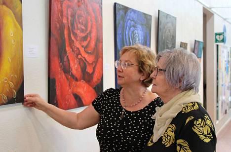 Tanja Koskinen ja Salli Kajosmäki ruusuaiheisen taidenäyttelynsä avajaisissa Keuruun kirjastossa syyskuun alussa.