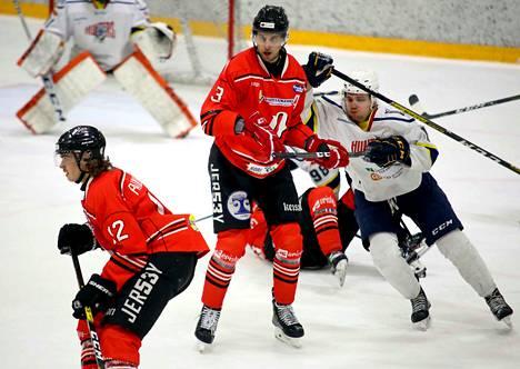 Juho Painilainen (vas.), Ossi Pellinen ja muut Pyryn punapaidat ottivat 7–1-voiton Huntersista toisessa pudotuspeliottelussa. Painilainen teki Pyryn kaksi viimeistä maalia.