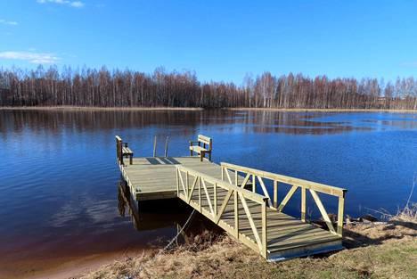 Kokonaisuuteen kuuluvat laiturin rantaan yhdistävä silta, penkit ja veteen laskeutuvat portaat.