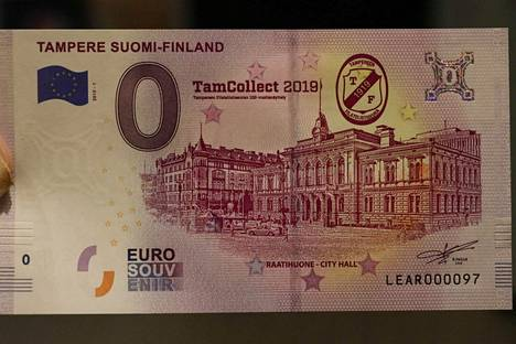 Tampereen Raatihuone komeilee juhlanäyttelyn muistosetelissä, joka on arvoltaan 0 euroa. Keräilyseteliä myydään vitosella.