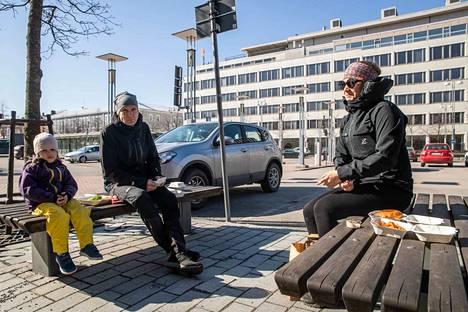 Kati Papunen (oik.), Toni Seppänen ja Veera Papunen olivat pysähtyneet pyörälenkillä syömään Frenckelin aukiolle. Kati Papunen kertoo, että heillä on lomaviikko.