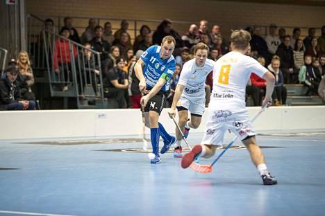 Karhujen kapteeni Kalle Santanen johdattaa joukkueen kotikentälle ensi perjantaina, kun karsinnat ÅIF:ta vastaan alkavat.
