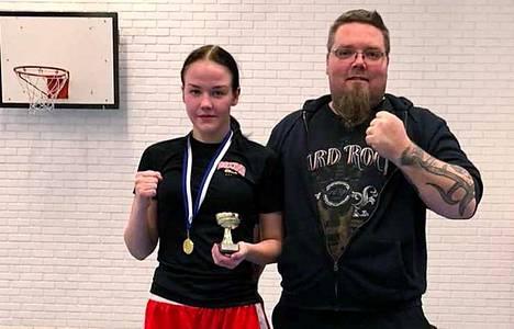 Nokialaisnyrkkeilijä Jenni Rask iski neljännen peräkkäisen suomenmestaruuden Turussa. Vieressä valmentaja Jani Sorola.