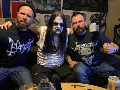 Madventures-seikkailijat Tunna Milonoff (vasemmalla) ja Riku Rantala vierailivat Mänttä-Vilppulassa kuvaamassa uutta tv-sarjaansa Lord Satanachian (keskellä) luona.