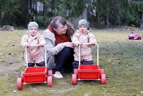 Noora Lindgrén luonnehtii itseään kärsivälliseksi ja leikkisäksi äidiksi. Hän lukee tyttärilleen Senjalle ja Saagalle paljon ja halaa heitä usein.