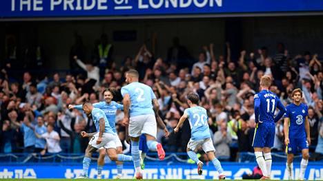 Manchester Cityn pelaajat juhlivat Gabriel Jesusin voitto-osumaksi jäänyt maalia.