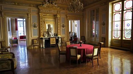 Juhlia epäillään järjestetyn ranskalaisen keräilijän Pierre-Jean Chalencon omistamassa hulppeassa kiinteistössä.