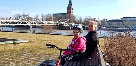 Erin Laakso ja Sanna Grann nauttivat Suomen lämpimimmästä säästä Porissa lauantaina.